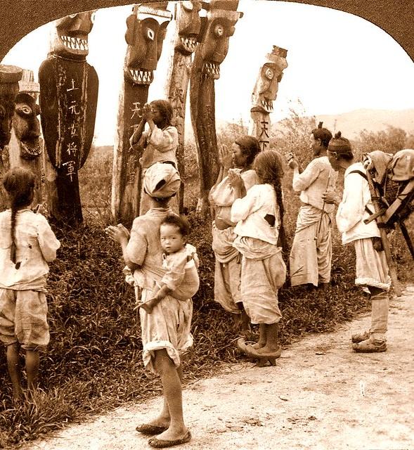 Koreans praying to shamanistic gods